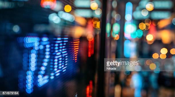 Anzeige der Börsenkurse mit Stadtszene reflektieren auf Glas