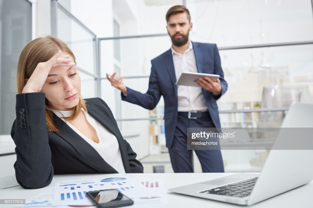 Displeased boss berating indifferent employee : Stock Photo