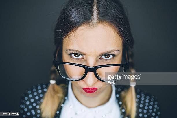 Contrarié jeune femme de geek