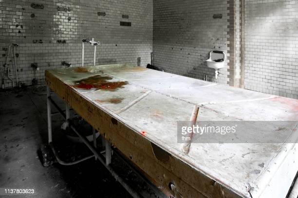 dissection table in an abandoned hospital - uitvaartcentrum stockfoto's en -beelden
