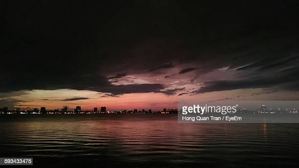distant city skyline at dusk - hong quan stock pictures, royalty-free photos & images