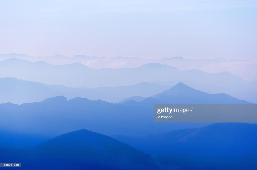 Distante silhuetas de Montanha : Foto de stock