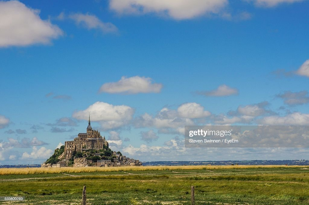 Distant View Of Mont St Michel Against Sky : Foto stock