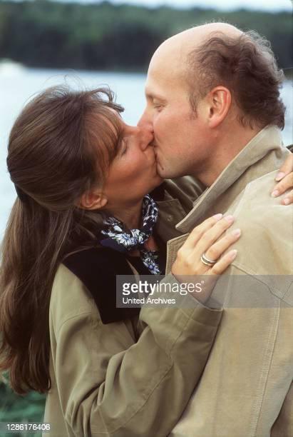 Distanz und Nähe in der Partnerschaft Unser Bild: Ein sich küssendes Liebespaar / Überschrift: LUST & LIEBE: LIEBESLUST UND ALLTAGSFRUST.