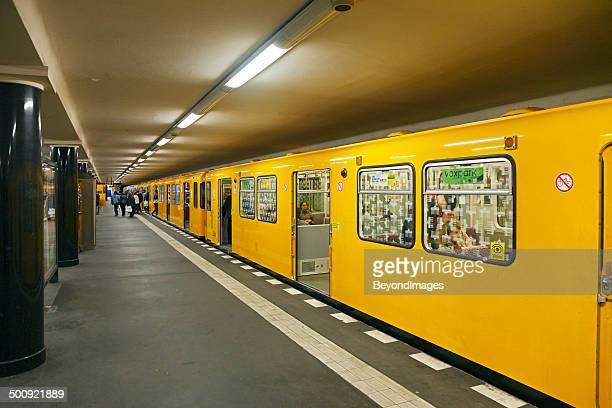 einzigartige gelbe zug auf der fashion week berlin - u bahnsteig stock-fotos und bilder