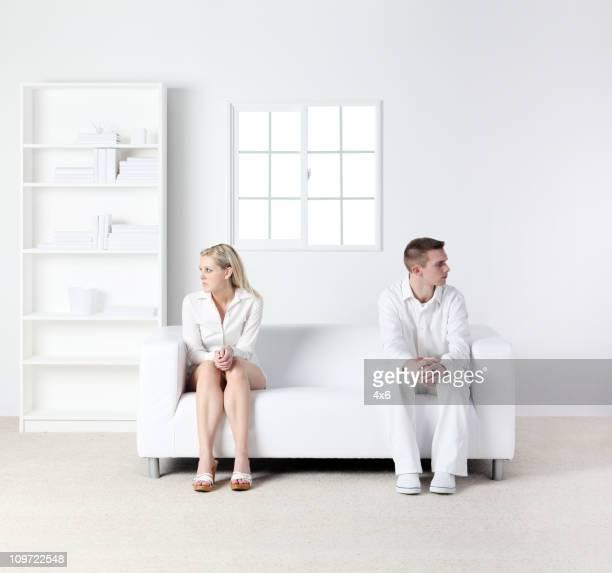Inquiet couple assis sur un canapé
