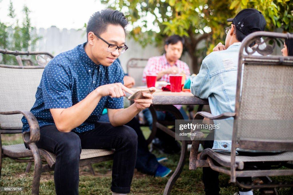 Ein ablenken kleiner Junge am Tisch : Stock-Foto