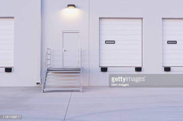 distribution center bay doors - industrial door stock pictures, royalty-free photos & images