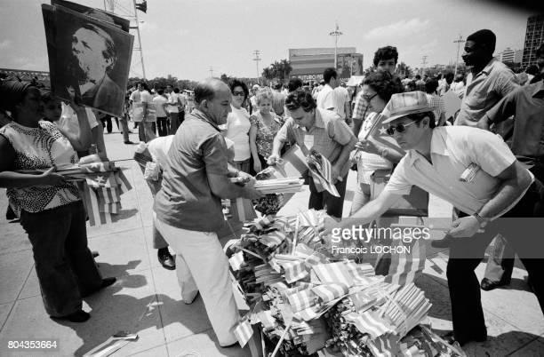 Distribution de drapeaux avant le défilé de la fête du 1er mai 1978 à La Havane Cuba