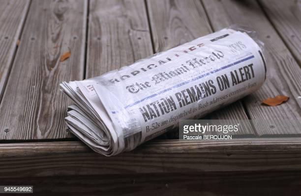 Distribution de Newspaper quotidien sur le perron