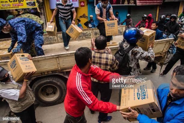 Distribution de vivres après le tremblement de terre le 1er mai 2015 dans la zone commerciale de Thamel Kathmandu Népal
