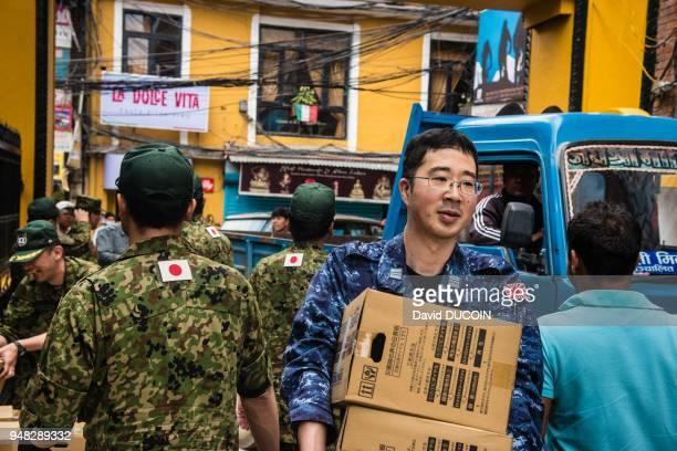 Distribution de vivres par des secouristes japonais et sud coréens après le tremblement de terre le 1er mai 2015 dans la zone commerciale de Thamel...