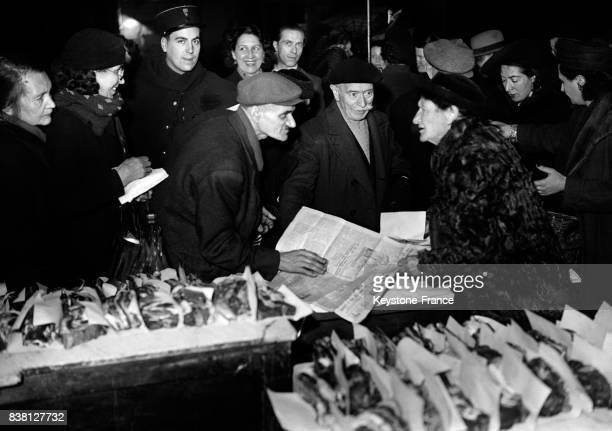 Distribution du pot au feu aux vieillards par l'Oeuvre des vieux de Montmartre à Paris France en 1946