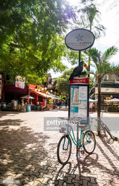 mapa del distrito con bicicleta estacionado en la 5ª avenida, playa del carmen, méxico - playa del carmen fotografías e imágenes de stock