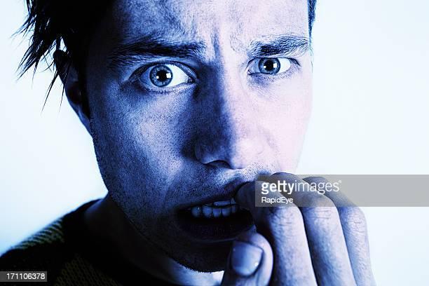 て離さ若い男性爪を噛むと見つめる - 偏執症 ストックフォトと画像