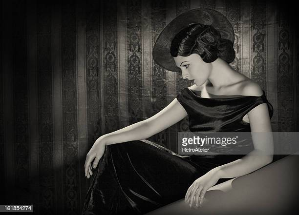 diva with the hat in film noir style. - actor stockfoto's en -beelden