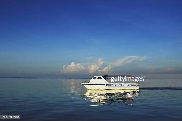 dive boat in calm water on a blue day - ilha de mabul imagens e fotografias de stock