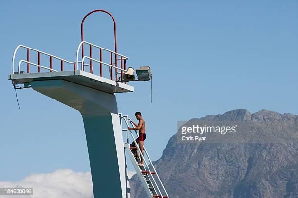 Diver Klettern Sie auf ein Sprungbrett in malerischer Lage