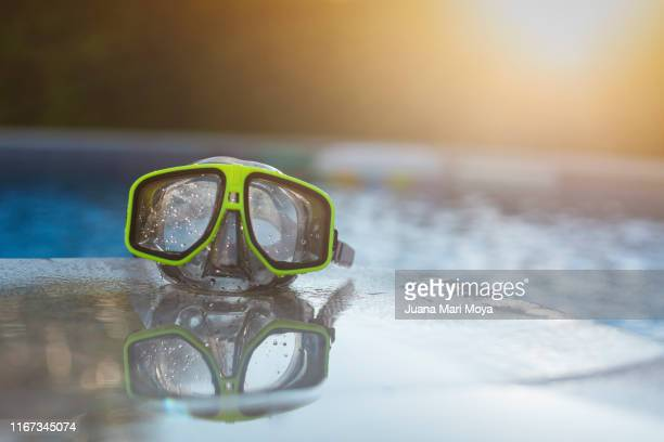 diver glasses on the edge of a pool - scuba mask stock pictures, royalty-free photos & images