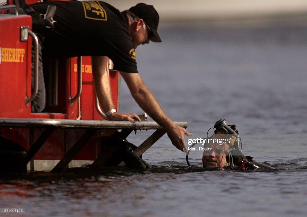 (Huntington Beach)–Diver Keith Prinzing (right)with the Orange County Sheriff's Department Bomb Squ : News Photo