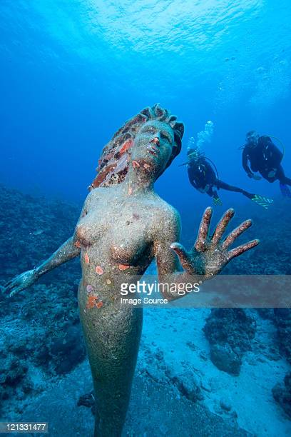 Divers and statue of Amphitrite