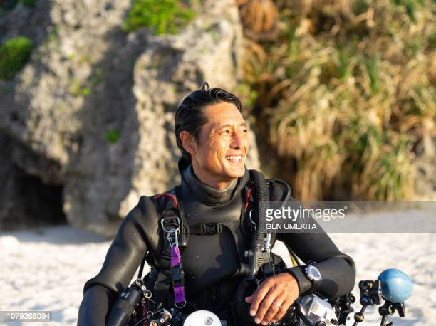 diver's portrait at the beach - スキューバダイビング ストックフォトと画像