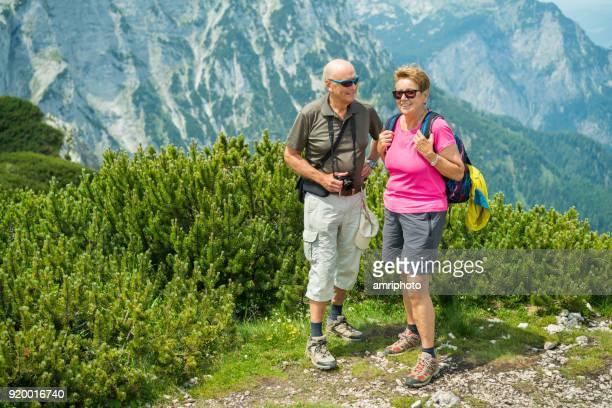 Diverse actieve senioren - gelukkig 70 jaar oud paar wandelen