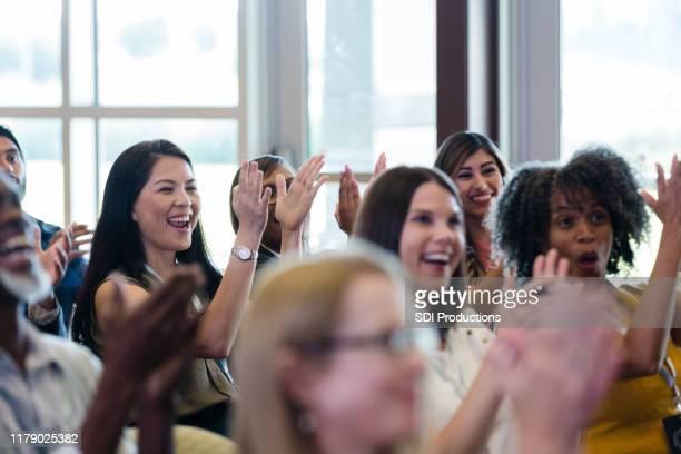os participantes diversos da conferência cheer e riem durante a sessão da expo - diverse women - fotografias e filmes do acervo