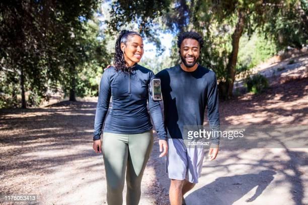 divers paar wandelen fitness - wandelen lichaamsbeweging stockfoto's en -beelden