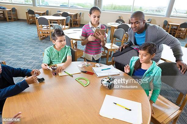 Divers élémentaire étudiants apprenant sur la robotique souches de classe
