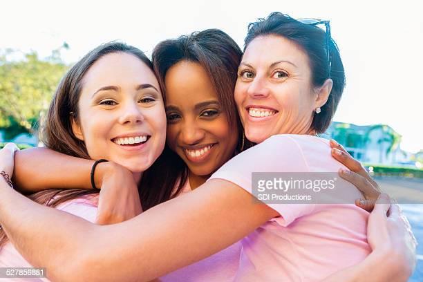 diversos amigos acabamento corrida de consciencialização contra o cancro da mama - diverse women imagens e fotografias de stock