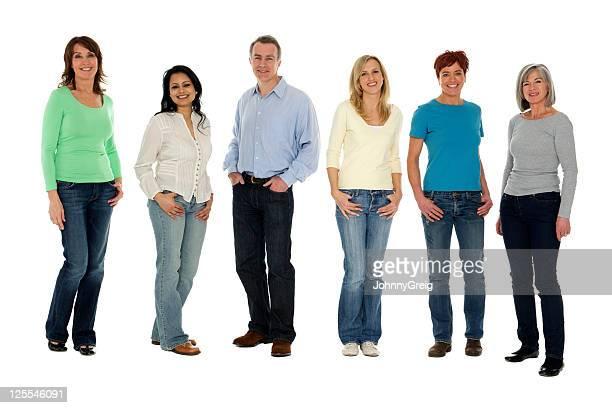 Des groupes d'adultes debout dans une rangée.