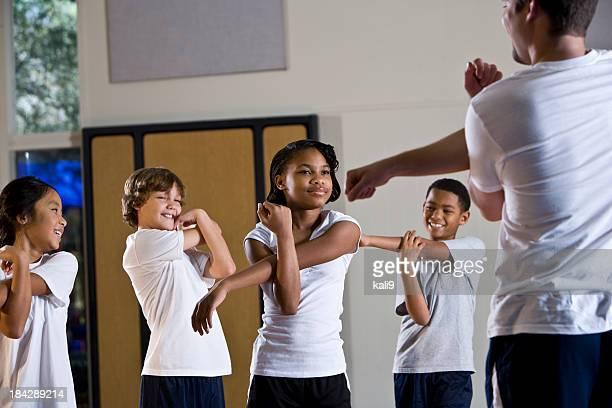 grande grupo de crianças com professor de educação física academia de ginástica - physical education - fotografias e filmes do acervo