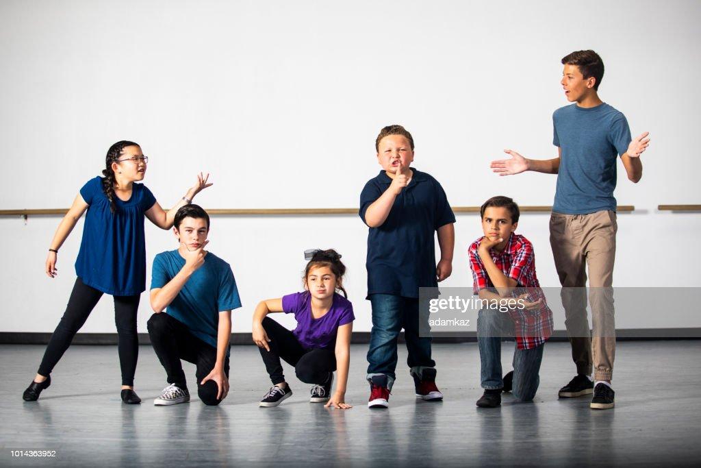Diverse groep van Drama studenten oefenen Play : Stockfoto