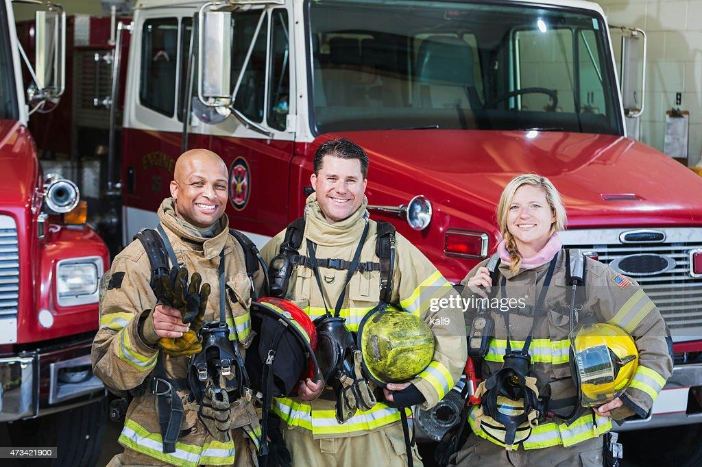Grupo diversificado de fogo guerreiros na estação : Foto de stock