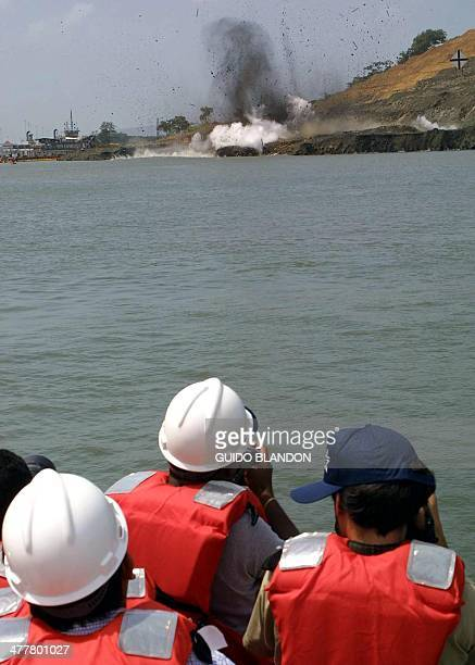 A diverse group of journalists both national and foriegn the explosion of the port Corte Culebra in the Panama Canal 4 July 2001 Periodistas de...
