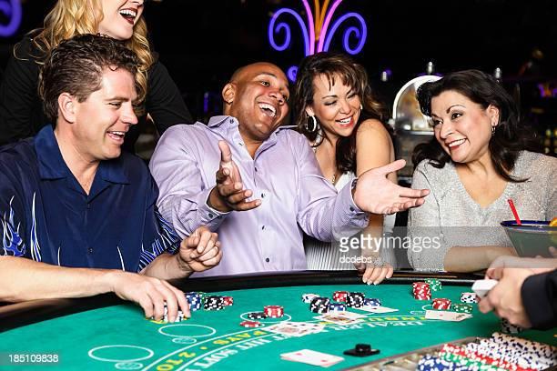Groupe diversifié de gens, jouer au Blackjack au Casino