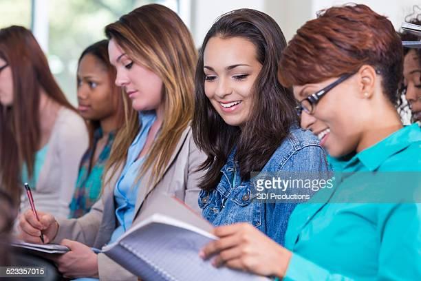 Vielfältige Gruppe von Frauen, die Notizen während seminar