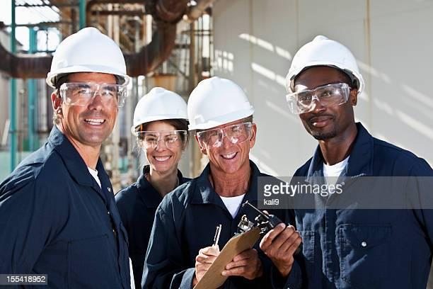 Diverso grupo de trabalhadores na unidade de fabrico
