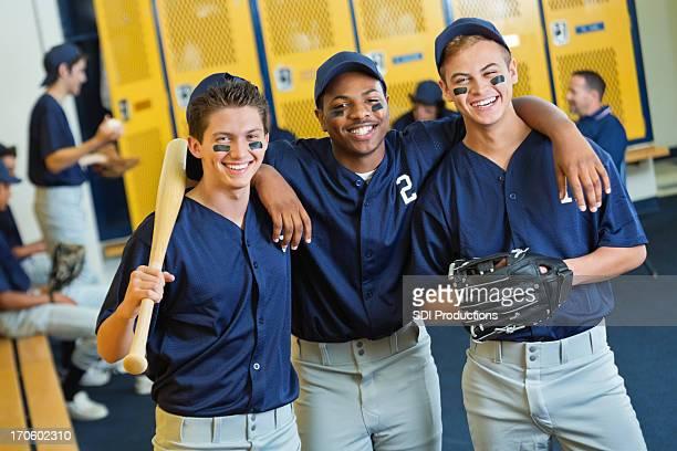 多様な高校野球選手のロッカールーム - 野球チーム ストックフォトと画像