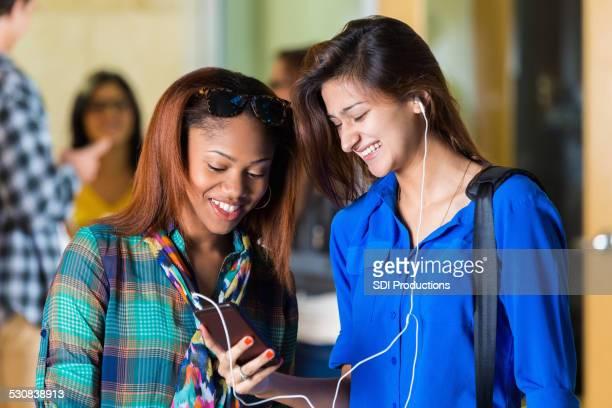 多様な高校女性のスマートフォン