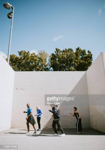 mång skiftande utomhus multigenerationell dans klass grupp - dance troupe bildbanksfoton och bilder