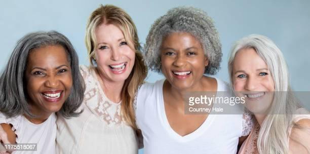 retrato diverso de mulheres sênior bonitas com cabelo cinzento - diverse women - fotografias e filmes do acervo