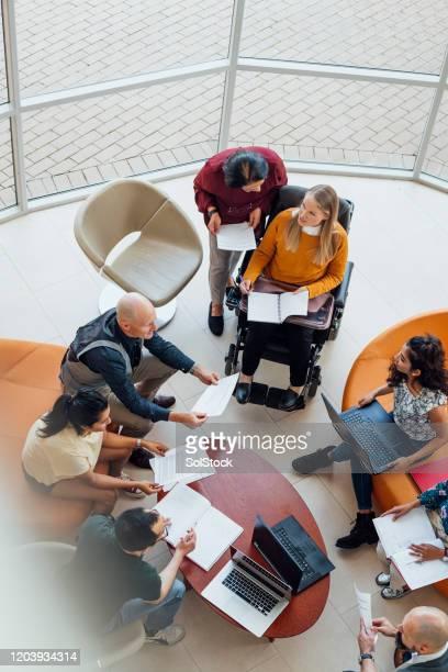 réunion d'équipe diversifiée - employée photos et images de collection
