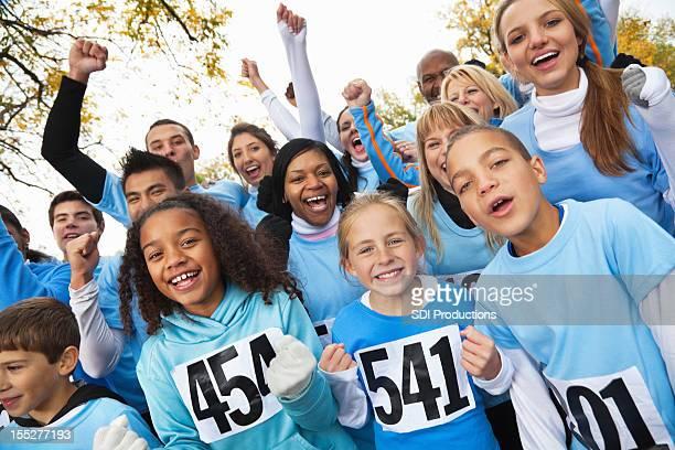 Diverso equipo de personas yelling en un evento de beneficencia raza