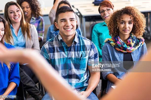 多様な 10 代のスピーカーに耳を傾けるに lecutre または配向