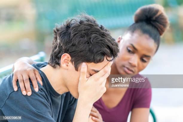 pareja de jóvenes diversos, es muy estresado - hombre llorando fotografías e imágenes de stock