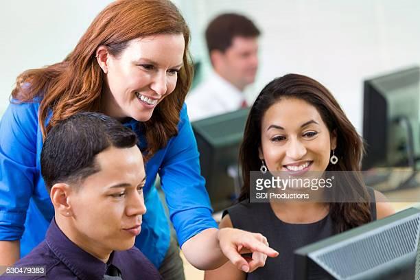 Vielfältige young professionals, computer-Arbeitsplatz Golfplatz