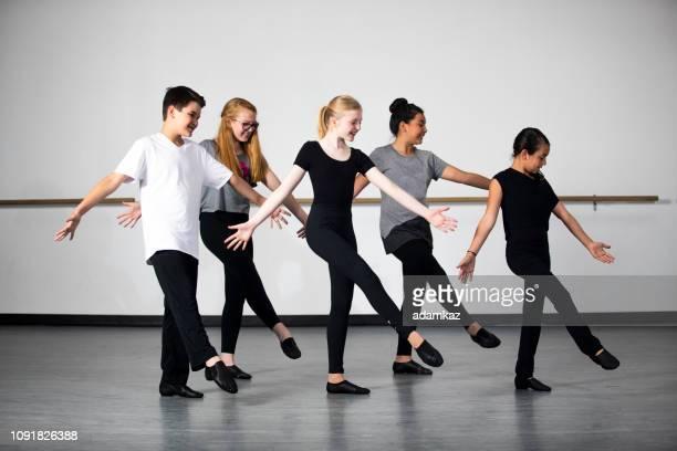 diversos jovens estudantes praticando dança de teatro musical em estúdio - arte, cultura e espetáculo - fotografias e filmes do acervo
