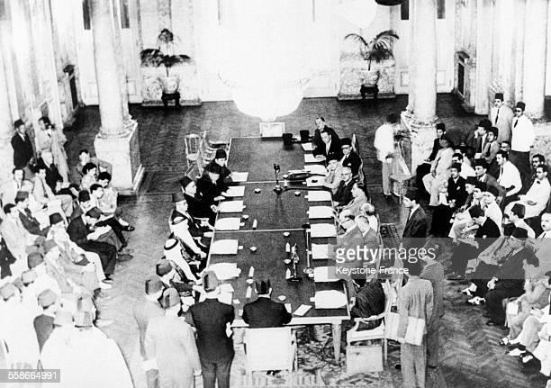 Dixhuit délégués écoutent le discours de Saadallah al Jabri bey délégué syrien pendant la conférence de la Ligue arabe au Caire Egypte en 1945